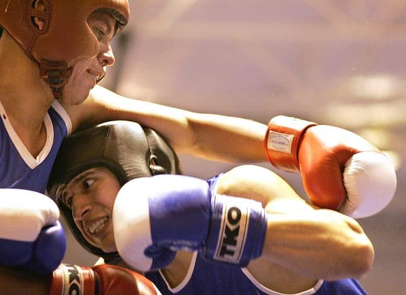 Zawodnik kickboxingu wyprowadzający cios